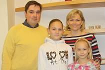 Finanční dar z výtěžku Kabelkového veletrhu Deníku převzala Zuzana Hrubá pro své dcery Veroniku (12) a Zuzku (8).Na snímku jsou všechny s šéfredaktorem Českobudějovického deníku Martinem Trösterem.