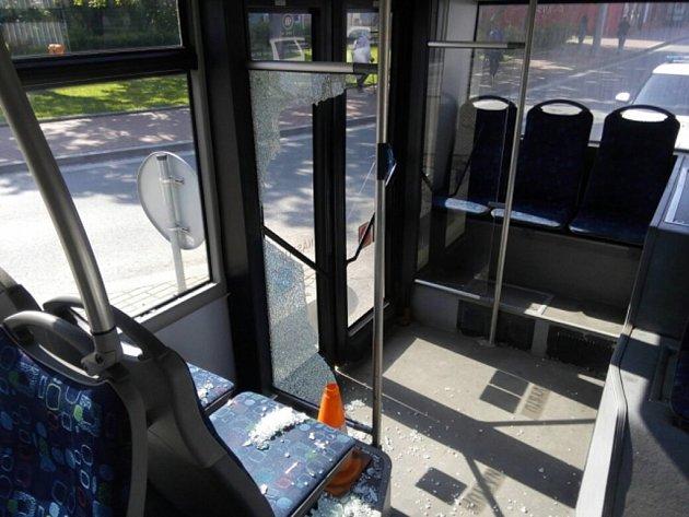V úterý před 8. hodinou na křižovatce Lidické a Mánesovy ulice nedal mladý řidič modrého Opelu Corsa přednost autobusu č. 2. Řidič autobusu byl nucen prudce brzdit, aby se vyhnul střetu s tímto vozem, přičemž řada cestujících upadla.