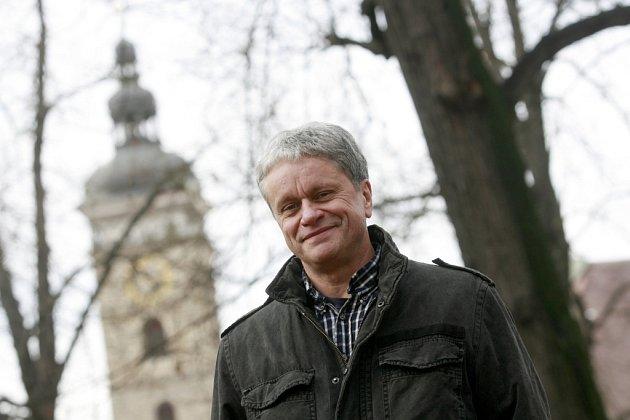 Nový ředitel Jihočeské komorní filharmonie Otakar Svoboda (na snímku) zrušil folkový cyklus Na návštěvě uNezmarů. Kapela ho přesunula do DK Metropol.