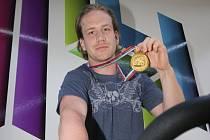 Filip Novák se zlatou medailí z KHL.