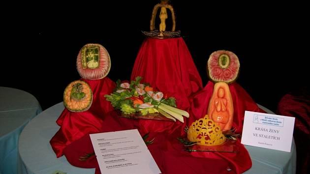 """Kamila Švarcová vyřezala svůj výrobek z ovoce a zeleniny a dala mu název """"Oslava krásy"""". Na tropickém ovoci tak připomněla idoly ženské krásy v průběhu staletí."""