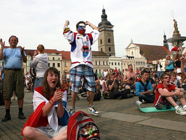 Fanoušci v Českých Budějovicích před velkoplošnou obrazovkou podporovali 19. 20. května hokejové reprezentanty na Mistovství světa ve Finsku.