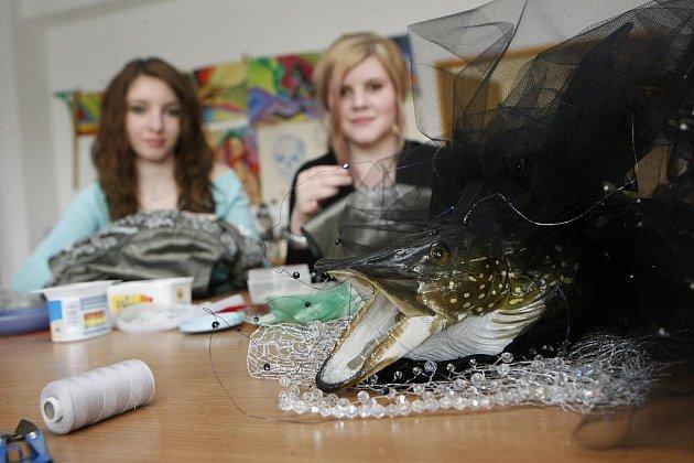 Šaty ze šupin pro Miss. Michaela Zaibertová, studentka 2. ročníku oboru Módní návrhářka při SOŠ a SOU v Třeboni, vyzkoušela 4.března, dva týdny před soutěží, šaty, které oblékne Christina Zidková, jedna finalistek o titul Česká Miss.