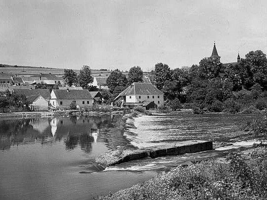 Pohled na jez svorovou propustí a mlýnem vPurkarci. Vroce 1992zatopené vodami Hněvkovické přehrady. Reprodukce pohlednice ze 60.let.