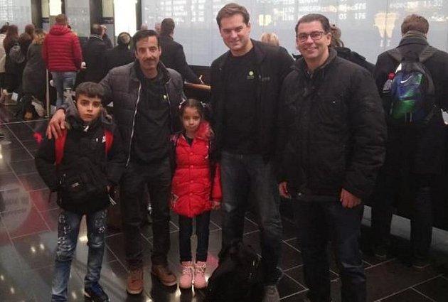 Azylantova rodina se sešla na letišti.