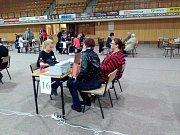Situace ve sportovní hale hodinu po uzavření volebních místností.