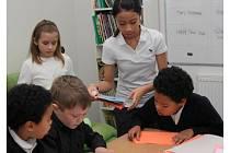 Děti se učí v mezinárodním prostředí.