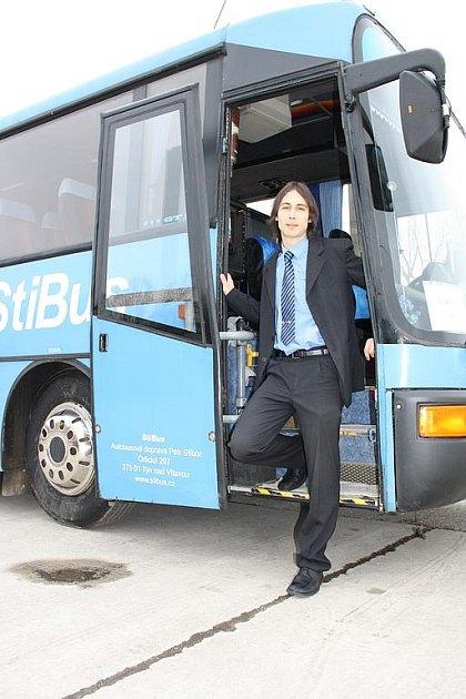 Mladý autodopravce Petr Stibor nabízí zájemcům svezení ve voze Karosa GT 11, kterého se vyrobilo jen 16 kusů. Jemu samotnému tento autobus učaroval již v dětství.