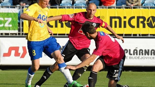 Roman Lengyel v podzimním utkání v Č. Budějovicích atakuje teplického Štěpána Vachouška.