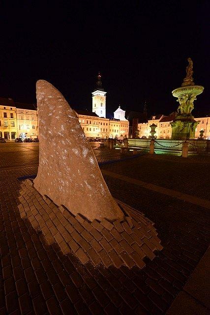 Výstava umění ve městě. Dravec Jaroslava Chramosty v noci svítí.