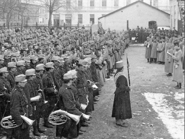 Přísaha vojenského polního praporu na nádvoří píseckých kasáren, před odjezdem na frontu. Snímek je z listopadu roku 1914.