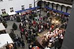 Vánoční trh na nádvoří českobudějovické radnice.