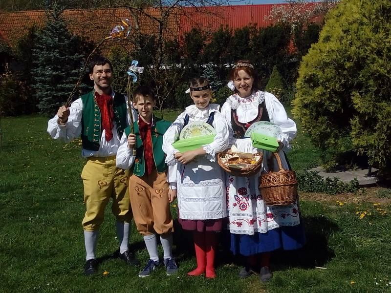 Koledníci hojně chodili s pomlázkou v obci Sviny na Táborsku. V krásných krojích přišly pro pomlázku i děti z farnosti Veselí nad Lužnicí.
