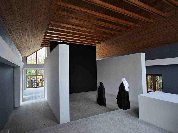 Hřbitovní Galerie Na shledanou ve Volyni nabízí vevnitř architektonickou intervenci Überraum, šest metrů vysokou stavbu, jejímž autorem je Norbert Schmidt.