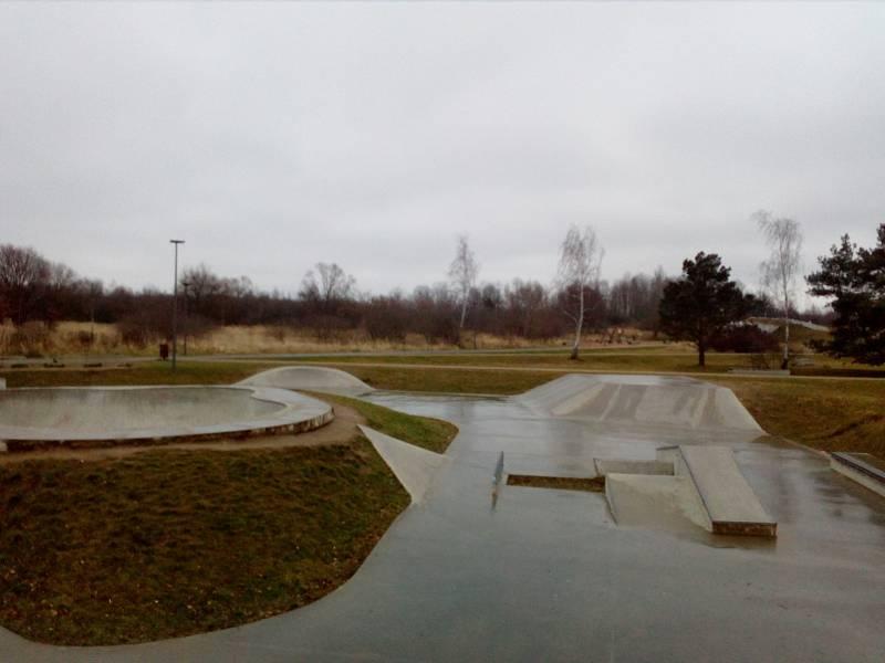 Dosud neupravené plochy mezi Parkem 4D a hokejovou halou na okraji sídliště Máj (na snímku v pozadí) chce přeměnit českobudějovická radnice v další odpočinkovou zónu. Ta současná nabízí třeba i malý areál pro skateboard.