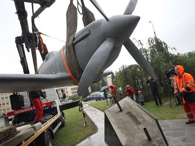 Sklolaminátový model válečné stíhačky Spitfire Mk.IX instalovali včera na podstavec na Senovážném náměstí v Českých Budějovicích zaměstnanci Dopravního podniku města ČB. Model je součástí pomníku padlým českým letcům RAF.