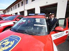 Velitelská auta obdrželi velitelé stanic ve Strakonicích, Krumlově, Hradci, Táboře i Budějovicích. Umožní jim lepší řízení zásahů.