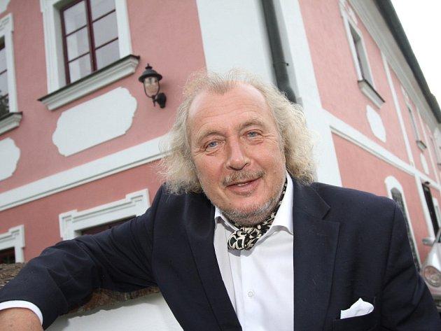Kristian Kodet si s rodinou koupil faru nedaleko Tábora. Zrekonstruovali ji tak, aby zachovali její původní ráz. Malíř sem jezdí malovat, ale také odpočívat.