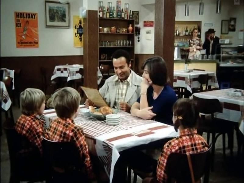 Do chaty Živec u Písku se přichází naobědvat rodina Konvalinkova. Interiér ale nemusí být ze stejné chaty. V podobných případech filmaři volí častěji praktičtější ateliérovou stavbu.