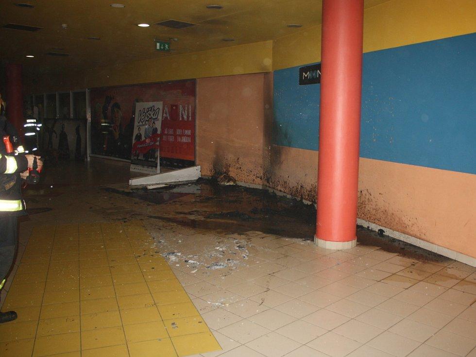 Reklamní poutač v přízemí českobudějovického multikina uhasil pracovník kina ještě před příjezdem hasičů.