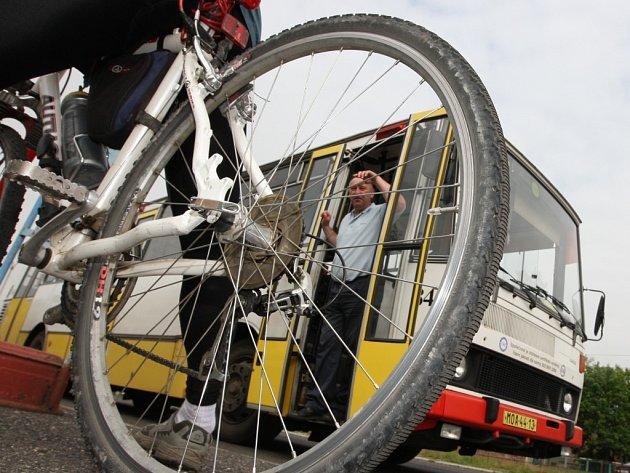 Letos už speciální autobusy pro cyklisty zahájí v jižních Čechách svou šestou sezonu. Když Cyklotrans začínal, převezl za sezonu pár tisíc kolařů, loni odbavil už více než 46 000 lidí.