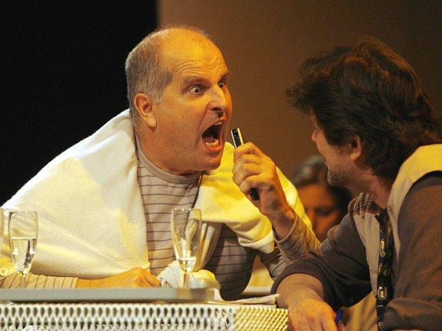 Hru Václava Havla nastudovalo Jihočeské divadlo v Českých Budějovicích a v pátek večer uvede její premiéru.  Na snímku  Jiří Šesták (vlevo) a Roman Nevěčný.