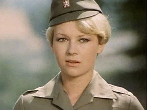 Vuniformě celní správy hrála Kateřina Macháčková asi ve svých 29letech vseriálu Ve znamení Merkura.