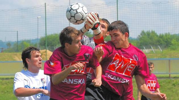 Rastislav Bakala (vlevo) spolu se svým kolegou ze stoperské dvojice Bambulem pomáhá brankáři Vršeckému.