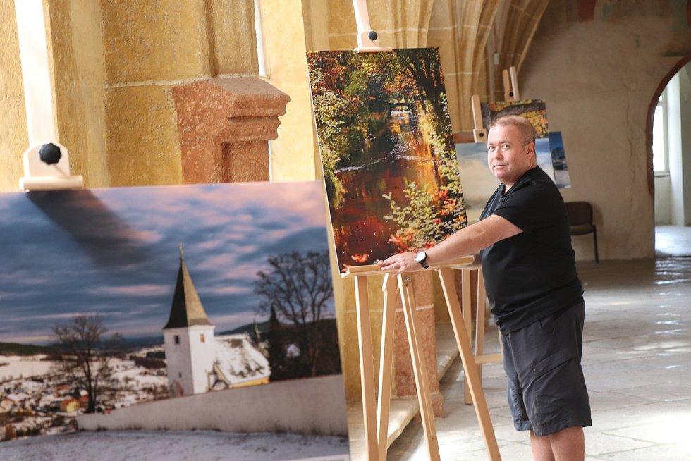 Fotograf Petr Moravec instaluje fotky do českobudějovických kostelů.