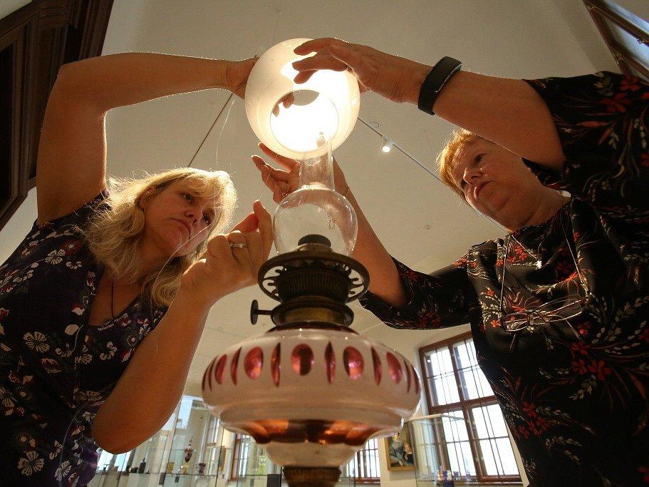 Jihočeské muzeum vystavilo zajímavosti ze své sbírky skla, která čítá 3000 kusů. Snímek z příprav.