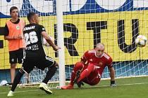 V minulém utkání I. ligy fotbalisté Dynama doma  vyhráli se Zlínem 2:0 (na snímku Ivan Schranz před zlínským brankářem Dostálem), jak to bude v sobotu večer s Plzní (19)?