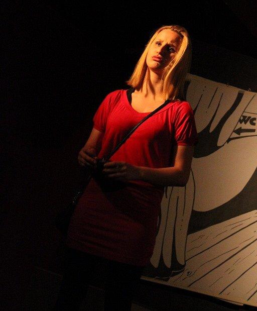Návrat Superstřika se jmenuje nová hra Nezřízeného divadla zČeských Budějovic. Na snímku Kateřina Tlačbabová jako sexy blondýna.