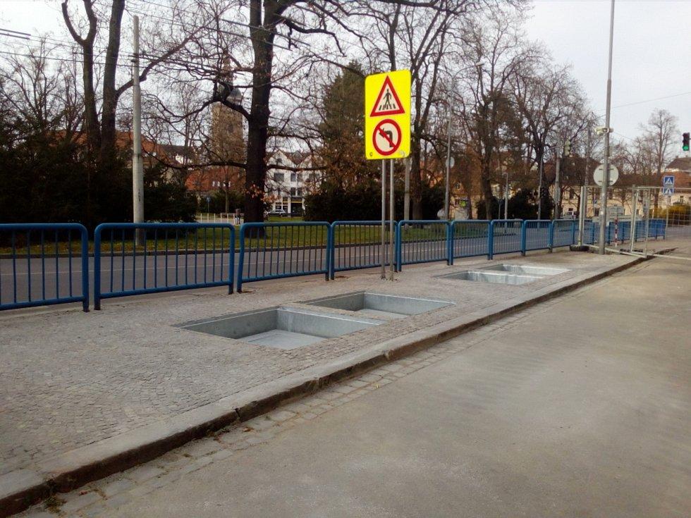 V českobudějovické ulici Na Sadech začaly sloužit podzemní kontejnery na tříděný odpad. Stavba skončila o měsíc dříve, než se plánovalo.