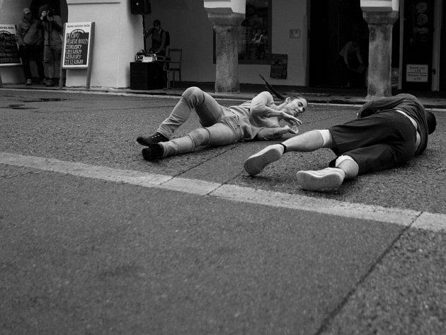 Venkovní taneční představení Accidia španělské skupiny La coja dansa v českobudějovické Krajinské ulici. Vystoupení bylo součástí jubilejního 25. ročníku festivalu TANEC PRAHA.Tanečníci Inés Belda a Santi de la Fuente