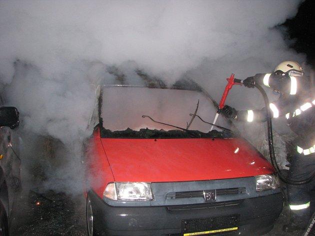V pondělí ráno někdo založil požár v autobazaru v Plané. S ohněm si poradili hasiči, škoda je ale poměrně vysoká.