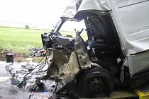 Při nehodě dodávky Iveco Daily u Nové Hospody zahynuli dva muži (48 a 54), třetí (37) utrpěl středně těžké zranění hrudníku a horní končetiny.