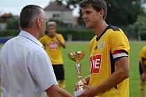 Cenu pro nejlepšího hráče juniorky Dynama na soběslavském turnaji převzal zkušený stoper Jiří Peroutka.