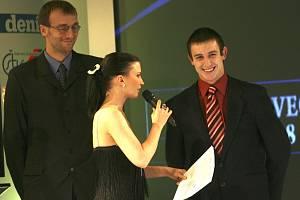Jan Mraček obsadil v anketě Sportovec Jihočeského kraje páté místo. I třeboňkého taekwondistu si vzala na pódiu do parády originální moderátorka Gábina Partyšová, jak je vidět na snímku, bavil se i šestý muž ankety kapitán volejbalistů Stanislav Pochop.