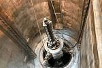 Zařízení v hodnotě desítek milionů korun ověřuje stav takové nádoby reaktoru.