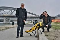 Co předvede pes robot v Linci? Na snímku s ním jsou zakladatelé společnosti Daniel Höller a Dominic Koll.