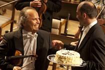 Houslový virtuos Václav Hudeček oslavil koncertem v Českých Budějovicích 60. narozeniny, které měl 7. června. Dort mu předal a Bachův dvojkoncert d moll s ním zahrál Jan Talich.