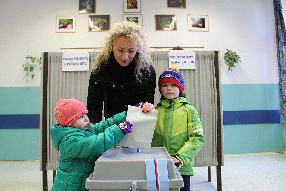 Na otevření volebních místností 1. a 2. českobudějovického okrsku na Gymnáziu Česká čekali voliči už 10 minut před 14. hodinou. Těch, keří vložili hlas do urny hned zpočátku, bylo o dost více než v 1. kole.
