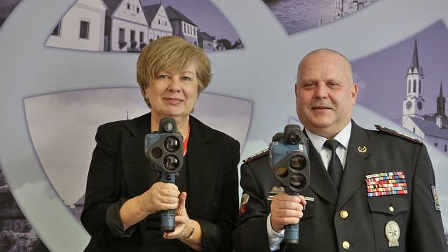 Změří i natočí. Dva nové laserové rychloměry budou moci policisté používat i za tmy. Současně pořídí i videodokumentaci přestupku.