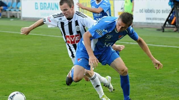 Fotbalisté Dynama minule doma s Ostravou prohráli 1:2 (Aleš Hanzlík bojuje s ostravským Janem Zawadou), uspějí v neděli s Libercem?