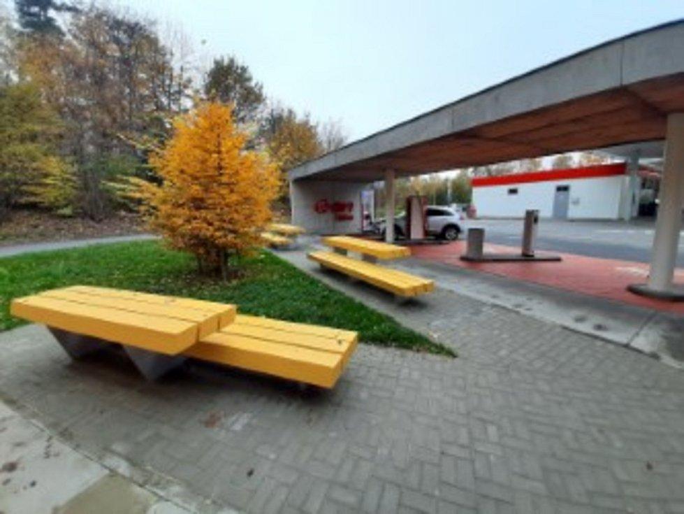 Nabíjecích stanic pro elektromobily a stanic pro vozidla na CNG přibývá v České republice i na jihu Čech. Na snímku dobíjecí místo ve Vystrkově u Humpolce.