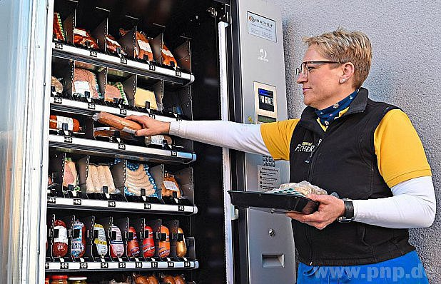 Astrid Fischerová doplňuje zboží.
