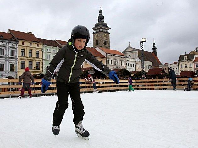 V neděli se bruslařům otevřela ledová plocha na českobudějovickém náměstí Přemysla Otakara II.