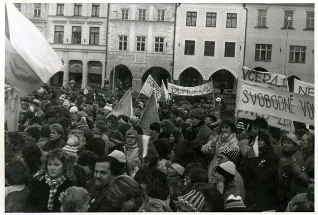 Stovky lidí demonstrovaly před pětadvaceti lety na českobudějovické náměstí proti totalitnímu režimu.