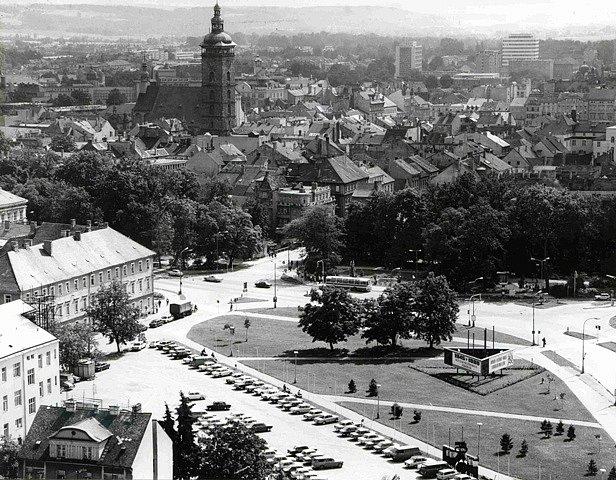 Pohled na východní část Mariánského náměstí vČeských Budějovicích vroce 1980.
