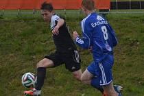 Lukáš Bálek v zápase devatenáctky Dynama s Olomoucí uniká Jemelkovi.